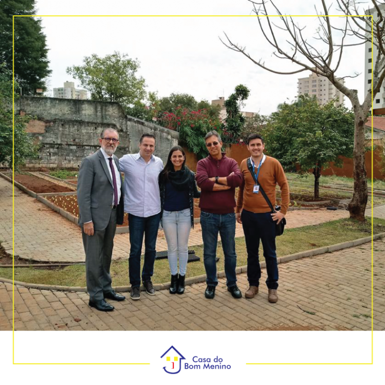 Representantes da Oji Papéis visitam projeto Plantando e Aprendendo