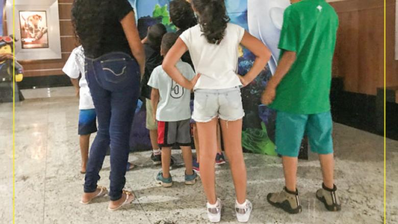 Ação social leva 60 crianças e adolescentes ao cinema